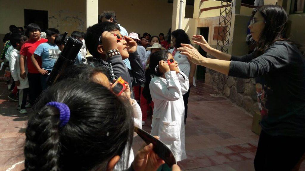 """Niños de la Escuela """"Pedro Goyena"""" de Purmamarca aprenden jugando a cuidarse del sol en el taller realizado por la doctora Isabel del Pilar Casas de la Fundación de Dermatología Comunitaria Argentina, con el apoyo del Ministerio de Educación."""