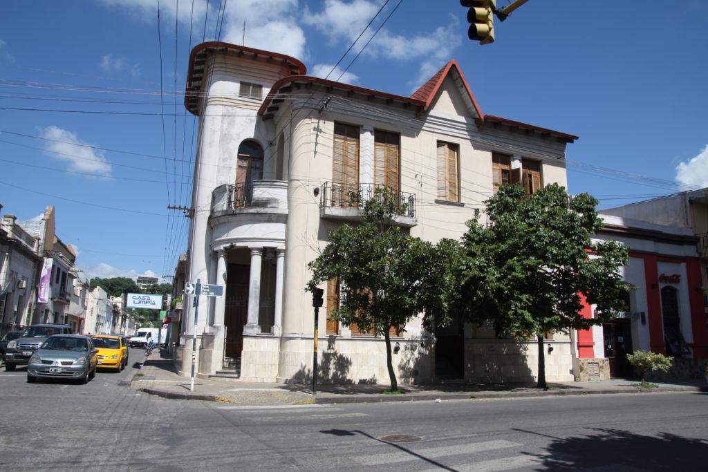 La Secretaría de Deportes y Recreación está ubicada en la calle Sen. Pérez N° 208 de la capital provincial